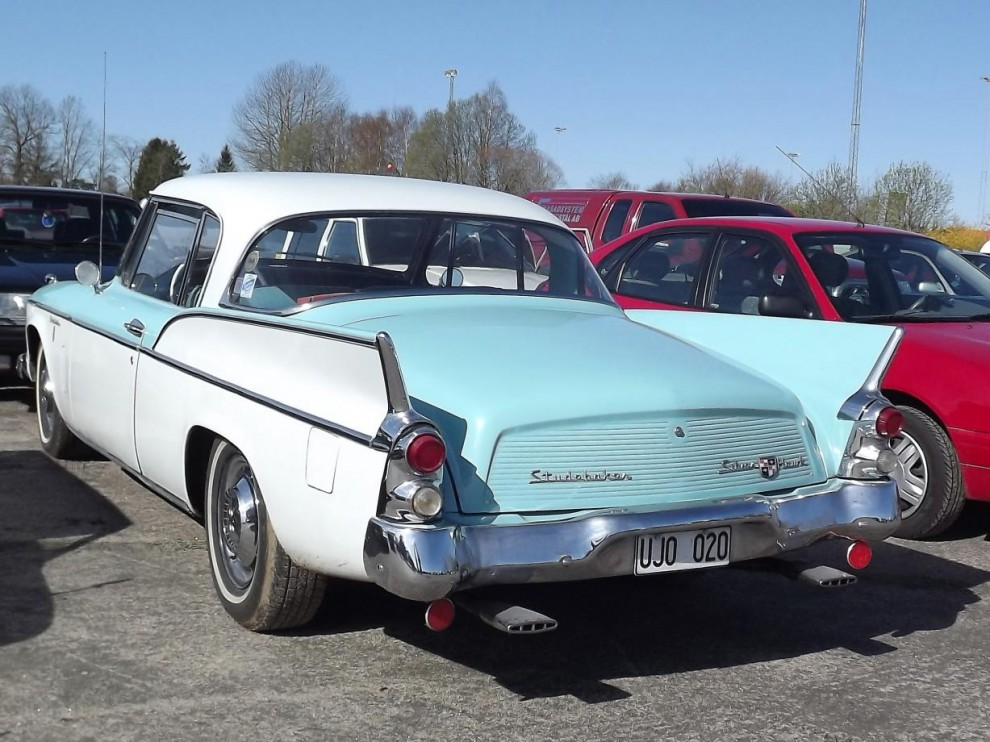 Ovanlig syskonbil, 1956 slogs Studebaker och Packard ihop, där Packard drog det kortaste strået, en del år senare fick även Studebaker bita i gräset , men 1957 byggde man fortfarande sina vackra Hawk-coupéer.