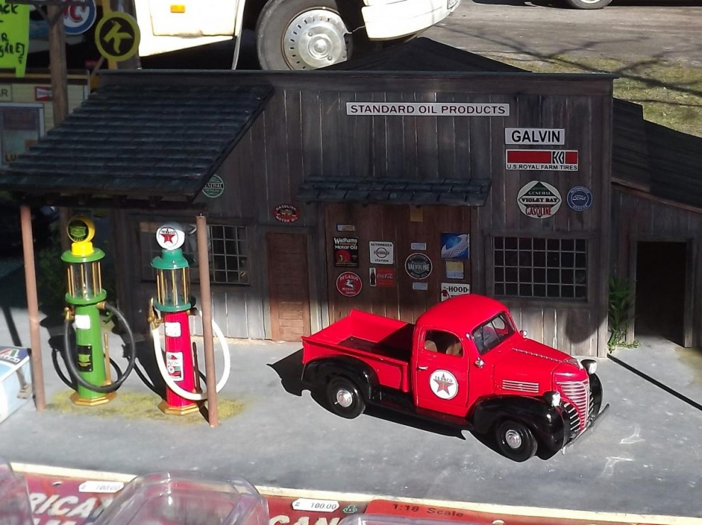 Modellbilar såldes hos dussintals säljare, och här även med helt diorama uppbyggt.