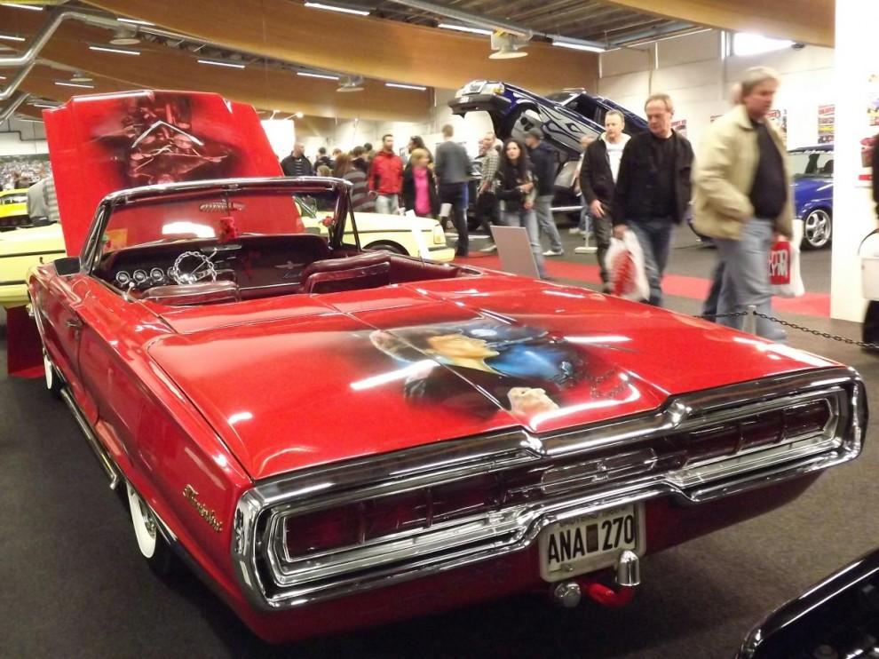 Ford Thunderbird från 1966 med Creedence-tema, också en ofta sedd bil i tidningen och dessutom blivit signerad av John Fogerty själv.
