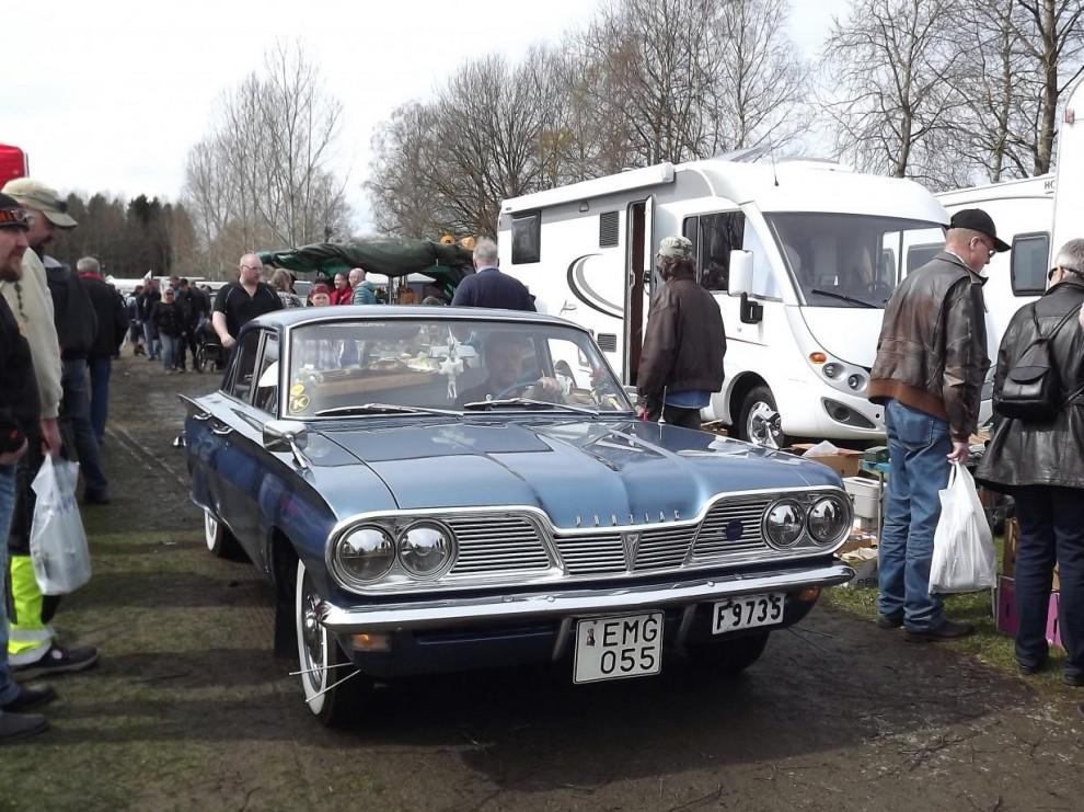 En ovanlig Pontiac Tempest från 1962 kryssar fram mellan marknadsstånden