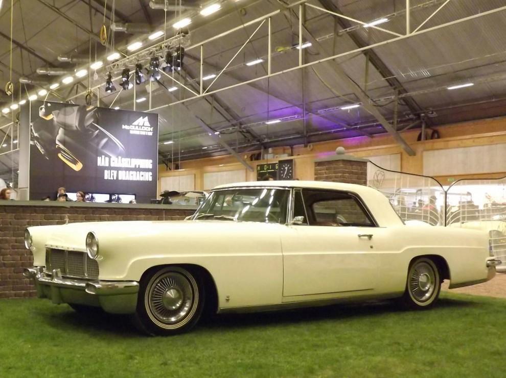 Likaså hade Elvis även en Lincoln Continental mk II tidigt i sin karriär, 1956 var det här den dyraste bilen man kunde köpa i USA.
