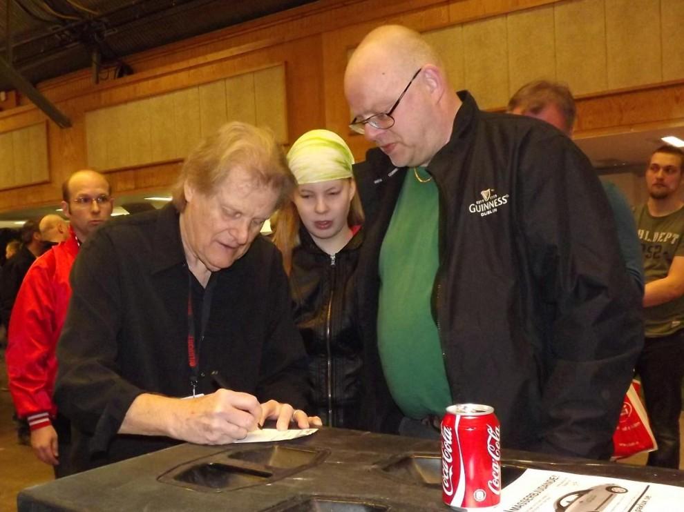 Reggie Young spelade ihop mycket med Elvis, och mellan uppträdena på scen fick han skriva mycket autografer.