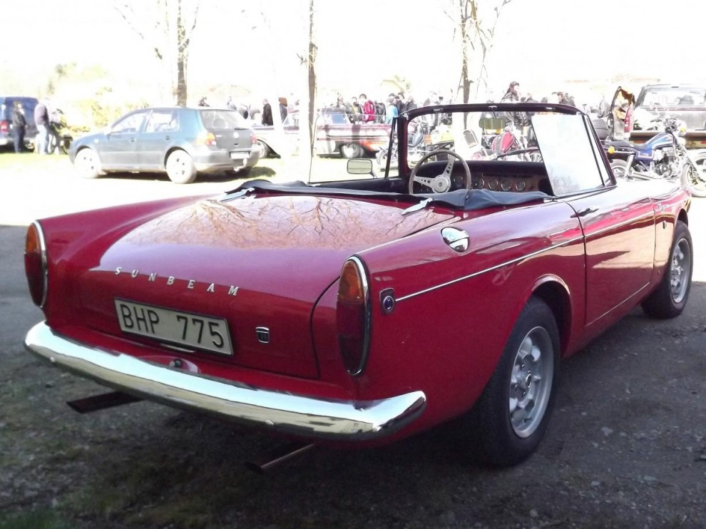 """Nästan jänk, Sunbeam Tiger var en hot rod från fabrik. I den lilla Alpine skohornade man ner Mustangens 260"""" V8 och fick ruggiga prestanda. Runt 7000 stycken byggdes 1964-67."""
