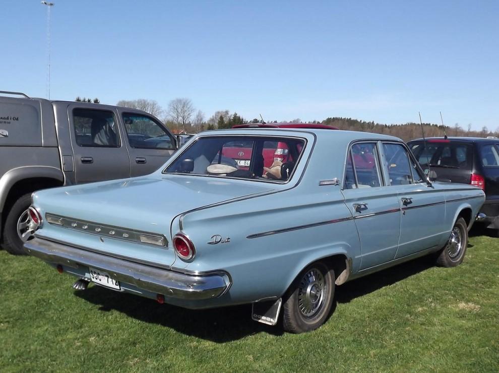 Svensk jänk, Dodge Dart var en av våra mer populära USA-bil på 1960-talet och såg oftast ut såhär, blåa, fyrdörrars och med stänklappar. Denna 63:a är dock en senare import