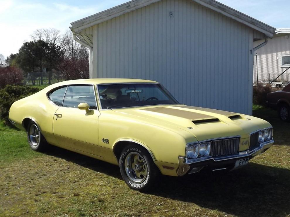 Muskelbilar är ett vårtecken, snygg Oldsmbile Cutlass 4-4-2 från 1970