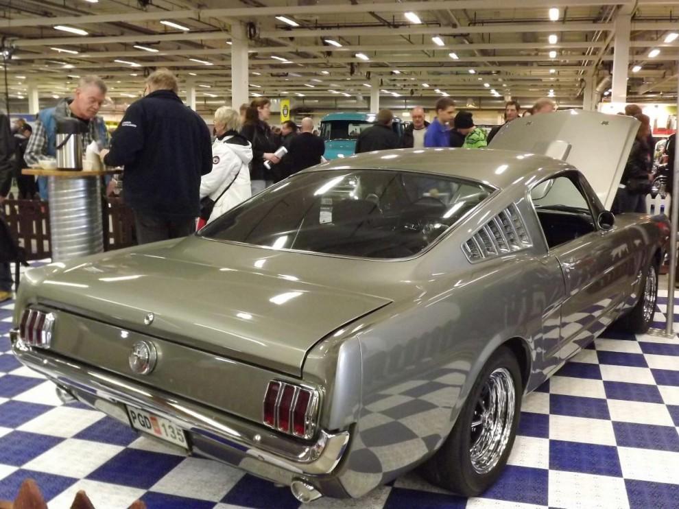 Ford Mustang är ständigt populär modell, fastback årgång 1965.