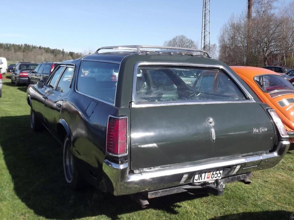Stationsvagn på amerikanska, Oldsmobile Vista Cruiser 1971 som känns igen på de välvda små glasrutirna i taket.