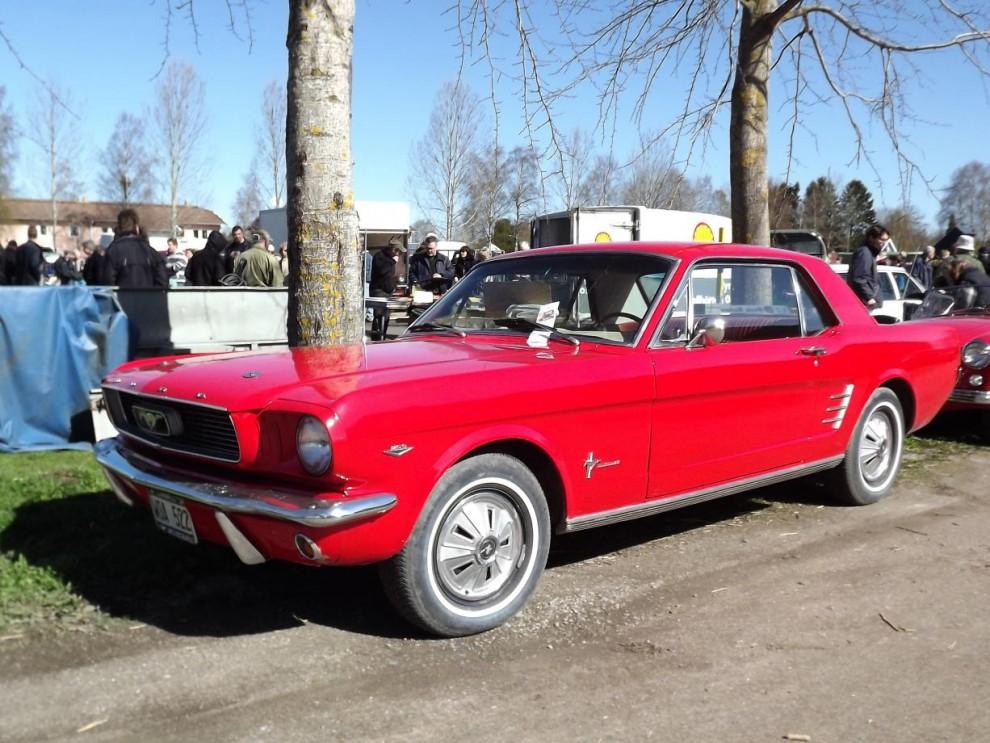 Och en lika röd Ford Mustang.