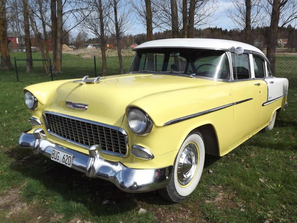 Desto mer färgklick är denna Chevrolet Bel Air coupé från samma år.