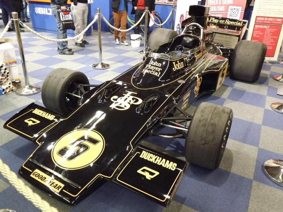 Inte mindre än två av Ronnies bilar fanns på plats, detta är den legendariska Lotus 72, körd av Ronnie säsongen 1975, och sedan aldrig startats sen dess!