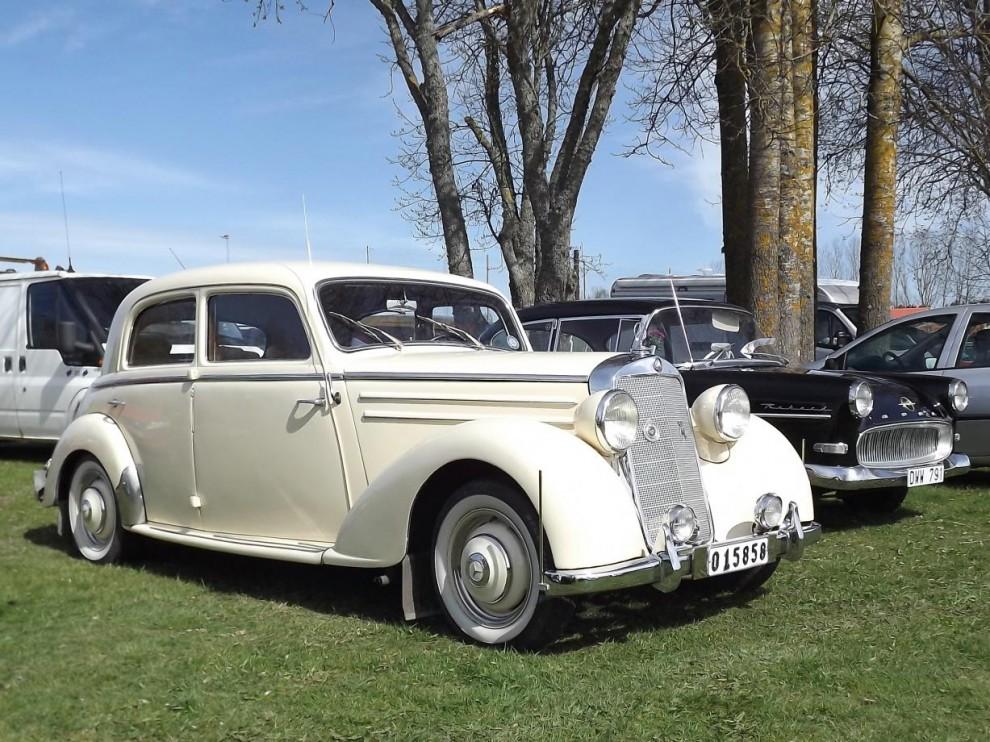 Och en europeisk färgklick, underbart gräddvit Mercedes Benz 170S från 1952