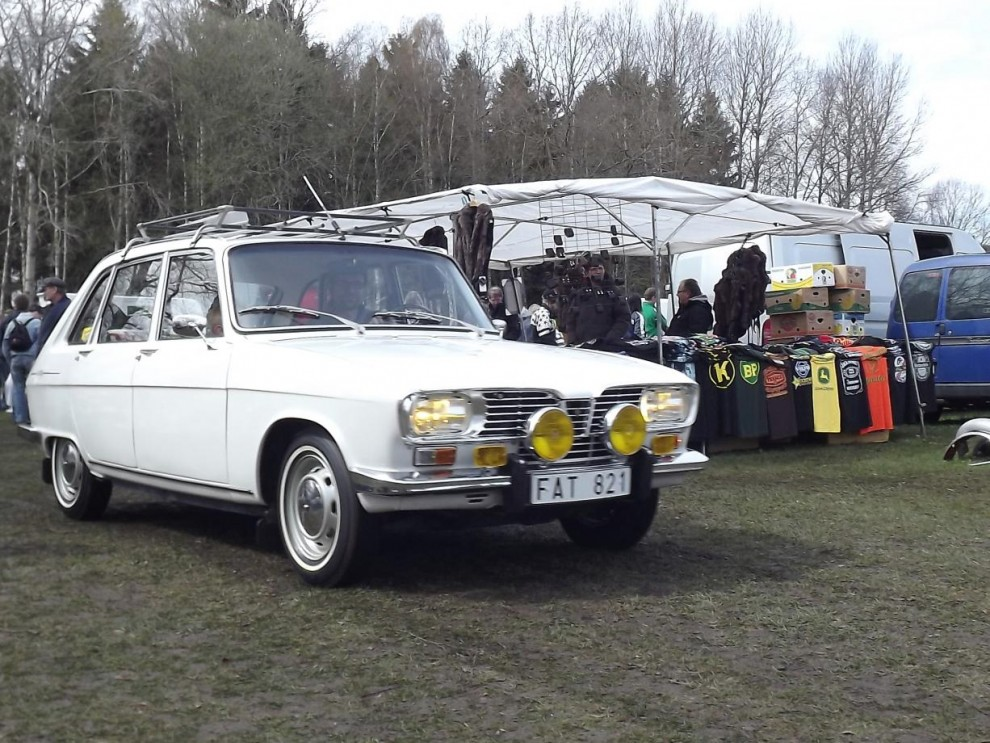 Och vid dagens slut i Nossebro kryssar denna Renault 16 fram på marknadsgatan mot utfarten.