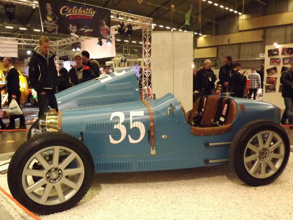 racinginspirerad, detta bygge kallas TH35 och är en välgjord sak med Bugatti som förebild. Motorn kommer från en Aprilia motorcykel, och fälgarna är standard från Audi som har en slående likhet med Bugattis originalfälgar.