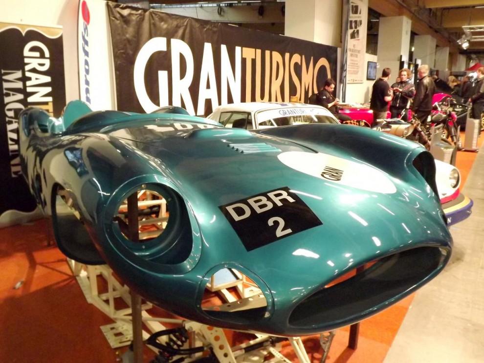 Hos Gran Turismo visade man upp en replikakaross på en Aston Martin DBR2.