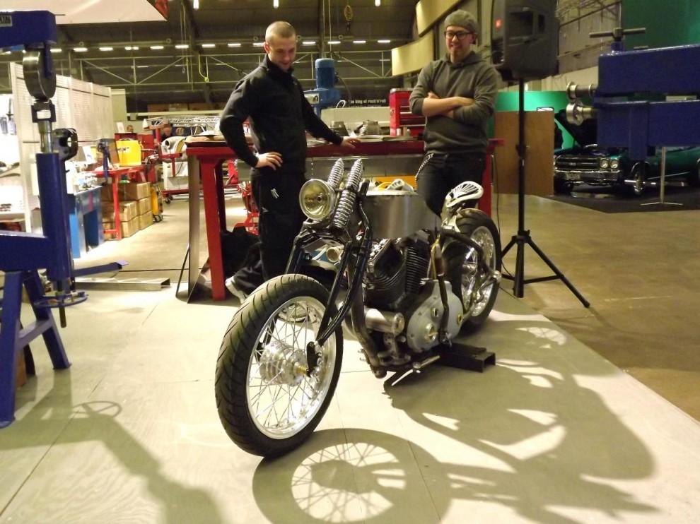mer svenskt hantverk, hos verktygsboden filosoferar man över en motorcykel som håller på att ta form.