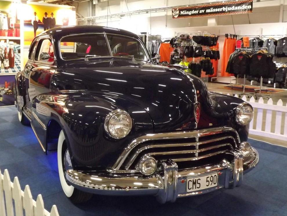 Oldsmobile coupe från 1947. Om det inte vore för hela den här strukturen med driftiga leverantörer och entreprenörer som byggt upp verksamheter och enorm skicklighet inom många olika gebit, skulle vi inte kunna glädjas åt lika många imponerande byggen och fint renoverade originalbilar som vi faktiskt kan i lilla Sverige.