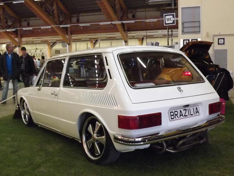 """en mycket ovanlig fågel här, milt ombyggd i nya trenden """"tyskstuk"""" fast detta är ingen tysk VW utan en brasiliansk.  Brasilia hette den här tredörrarsbilen och var en slags bastard med typ 3 kaross mixad med 412 som satt på ett typ 1 chassi med 1600cc motor. Dessa byggdes mellan åren 1973-82"""