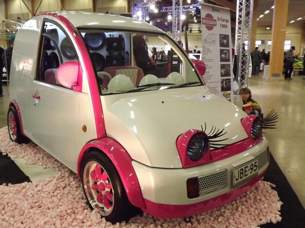 den här söta bilen satte många myror i huvudet på folk, men det är en Nissan S-cargo och dom såg ut såhär. Den här är en av väldigt få som hittat ut ur Japan där de såldes i liten upplaga mellan 1989-92.