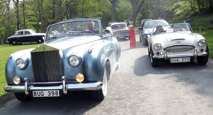 Utställarna stormar in, i täten en Rolls Royce Silver cloud från 1962