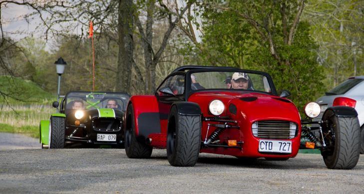 Två Lotus Super Seven derivat trotsade de mörka molnen och rullade tidigt in.