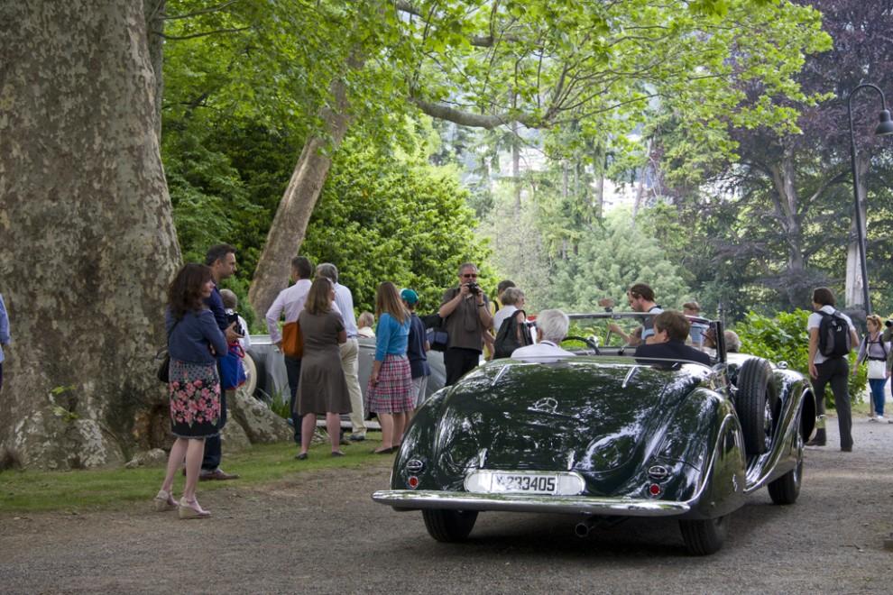 Mercedes-Benz 540 K Spezial Roadster 1939. Plötsligt rullar ett mörkt kompressorljud in i parkens grönska.
