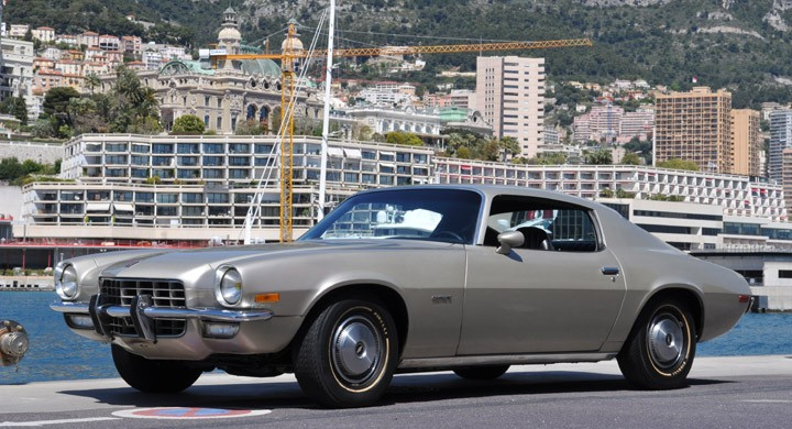 """Chevrolet camaro 1973 med sexa under huven och navkapslar, en """"no frills car"""" som amerikanarna säger."""