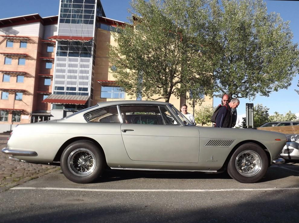 EN annan exotisk maskin stod lite utanför, Ferrai 250GT från 1963, med 470cm i längd och nästan 1600 kilo tjänstevikt är det här en ganska stor Ferrari