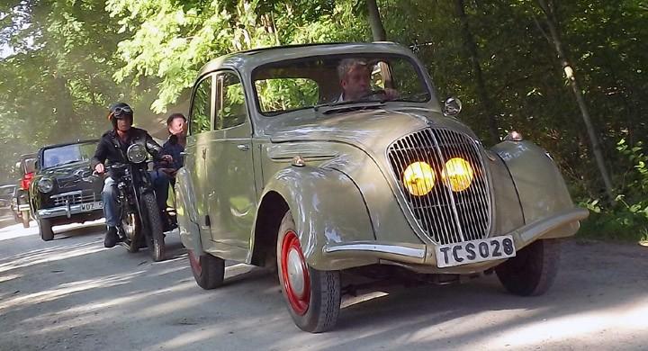 In i parken rullar karavanen, Peugeot 202 ser nästan lite spöklik ut med sina lyktor gömda bakom grillen.
