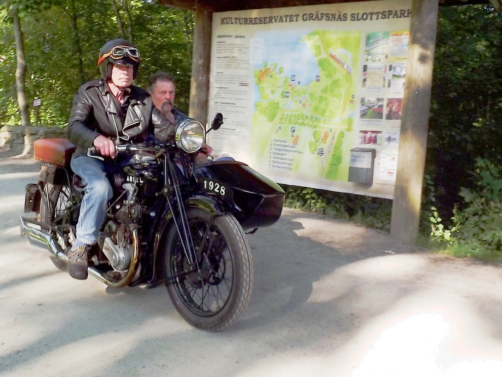 Motorcyklar är välkomna också, fin Ariel från 1928 med sidvagn