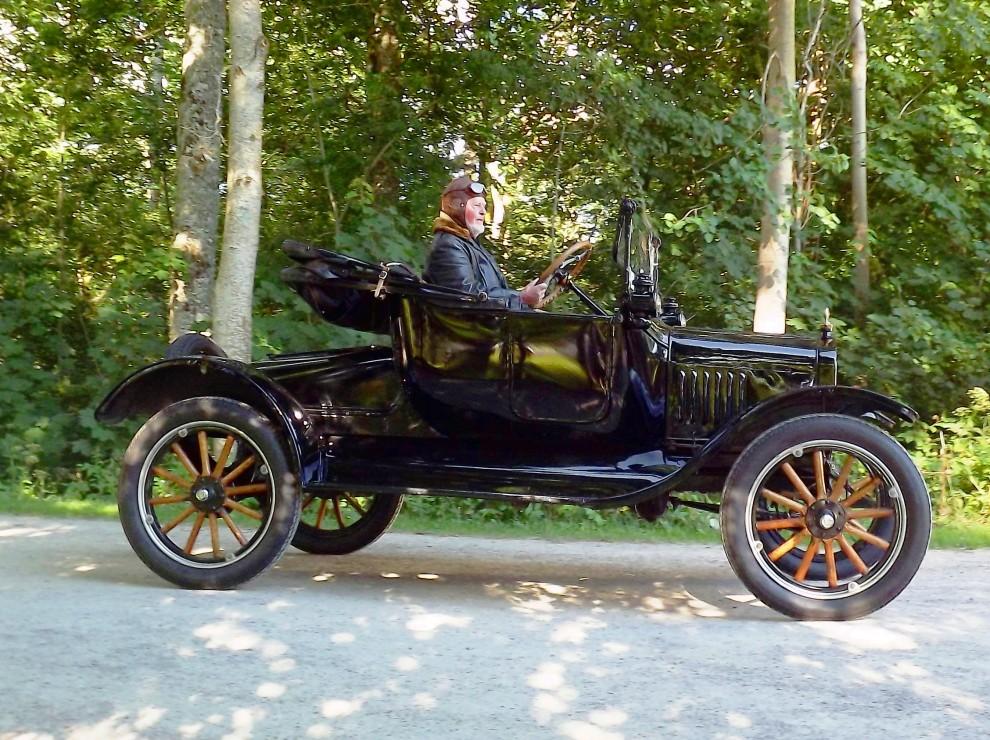 Äldsta bilen tuffar in på Gräfsnäs, T-Ford anno 1922