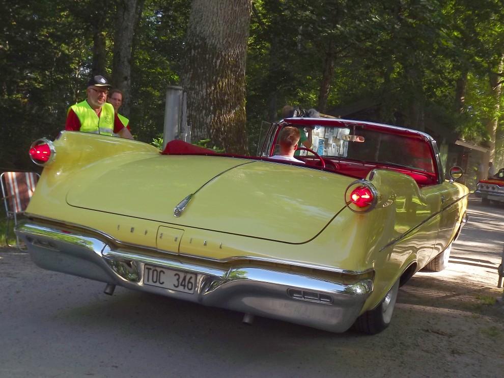 En Imperial Crown från 1960 tar upp nästan hela gaten i bredd, detta var bilen för dom som ville ha en större, dyrare och mer exklusiv bil än Cadillac, bara 618 Crown cabrioleter byggdes.