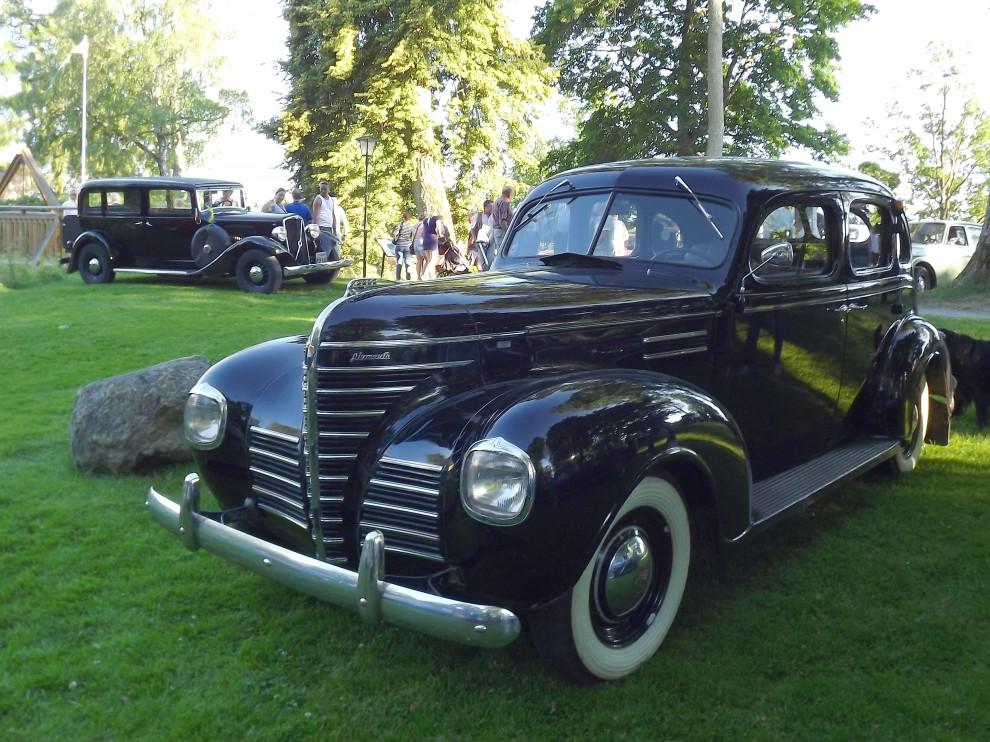 Och Plymouth av 1939 års modell, i bakgrunden står...