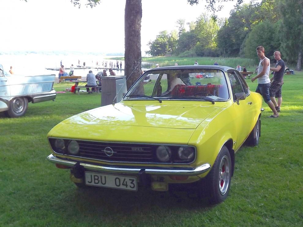 Samt en Opel Manta A från 1975 nere vid stranden