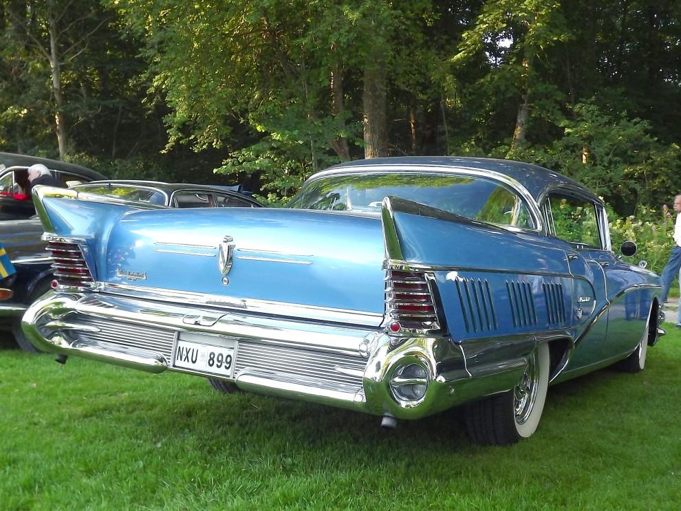 1958 hette toppmodellen Buick Limited, med extra långt bakparti för att få plats med ännu mer kromdekor, Limited byggdes i ganska liten serie, 5571 hardtop sedaner som denna, 1026 coupéer och 839 cabrioleter, dyra då, astronomiskt dyra idag...