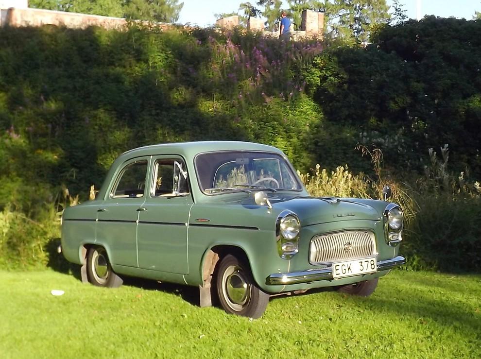 Ford prefect 1956 står på kanten till vallgraven som fortfarande löper runt övre slottsområdet