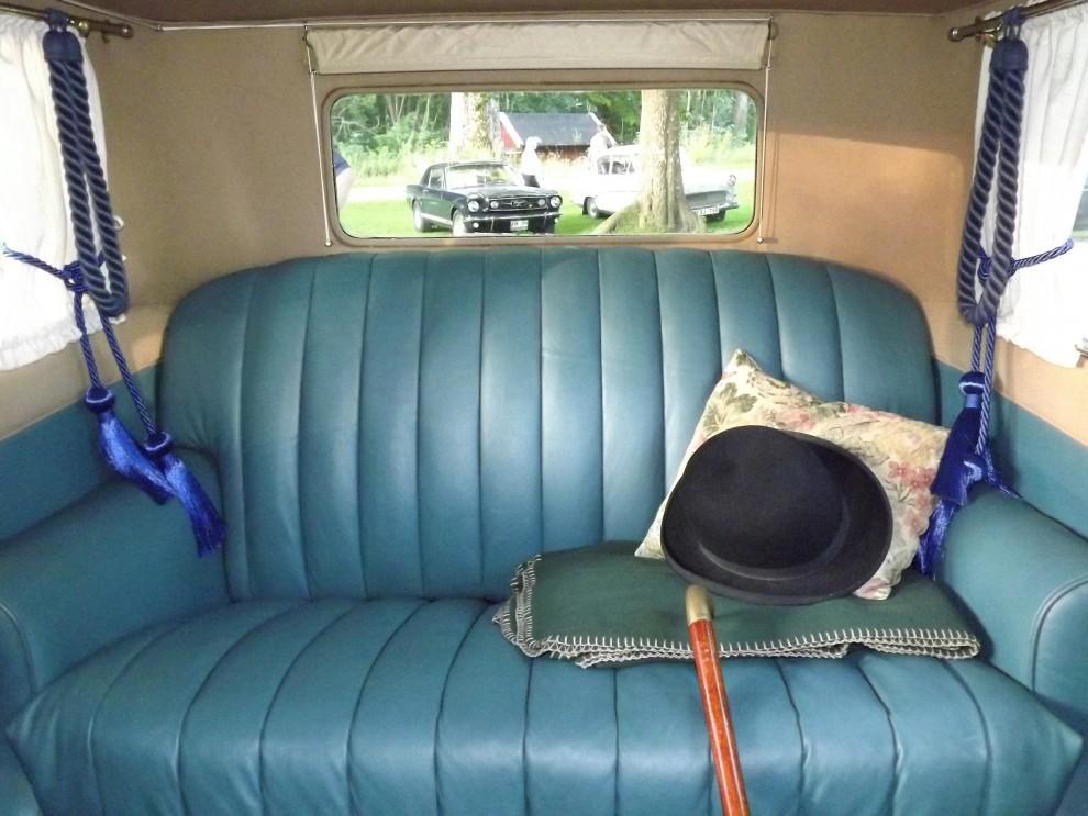 Delage var lyxiga vagnar på sin tid, så här fashionabelt ser det ut i baksätet, en del saker var verkligen bättre förr.