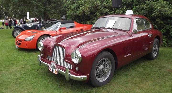 Äldre, nytt och ännu äldre,Aston Martin DB2, Opel Speedster och en sällsynt HRG får visa bredden  på Hofsnäs.