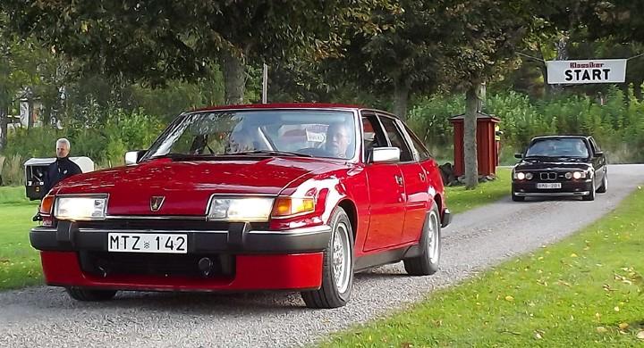 Skinande röd och ovanlig Rover 3500 Vitesse rullar in genom allén