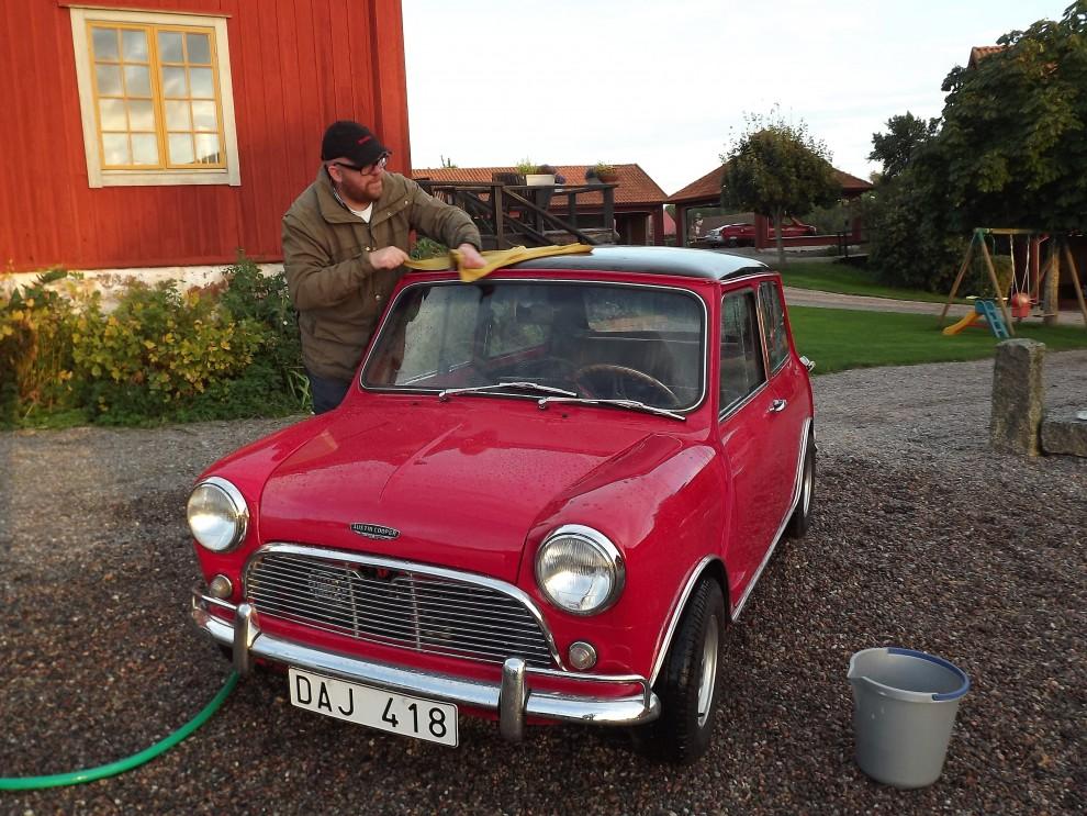 Fredrik gör kojan fin för morgondagen
