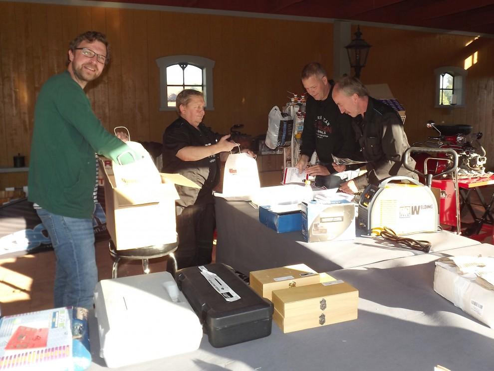 Och på eftermiddagen packas välkomstpåsar för Träffpunkt 80 i verktygsbodens hörna, många påsar blev det och dom tog slut också.