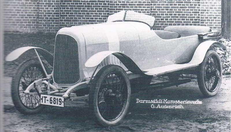 Stoewer typ D9 med sportigt karosseri 1925. Stoewer i Stettin var en ganska stor producent av motorer, motorcyklar och bilar från 1899 fram till krigsutbrottet 1939.