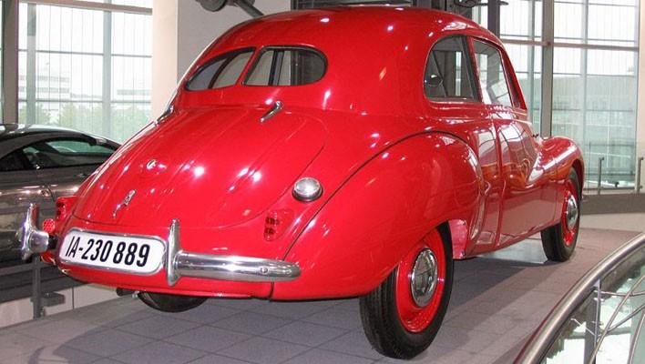 På Audis museum står denna DKW-prototyp som gick under arbetsnamnet F9.  Ett antal sådana byggdes från 1937 och fram till kriget och skulle ersatt F8-serien. Den hade trecylindrig tvåtaktsmotor och genomarbetad strömlinjeform, och på karossidan experimenterades det även med glasfiber.  Nu gick det inte riktigt som det var tänkt för efter kriget så låg Zwickau i östra zonen och F9:an kom istället att sättas i produktion av nya östtyska IFA 1949. Dock hade man inte glömt av arbetet hos det officiella DKW i väst och först 1953 kom 3=6-modellerna som var direkt utvecklade ur denna.