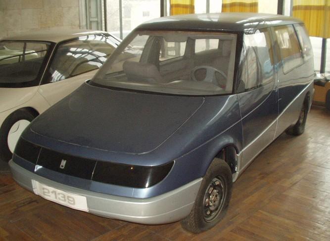 Skoda kom med ett nytt designtänkande med sin något assymetriska modell Skoda Roomster 2006. vacker kan den knappast kallas men ansågs av motorpress och andra som annorlunda och nydanande. Eller vänta nu?  I en förvaringslokal utanför Moskva så står den här prototypen vid namn 2139 Arbat som gjordes av AZLK-Moskvitch redan 1987...