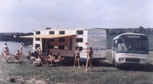 Husvagnar var något man varit tidigt ute med redan på 1920-talet, och kom att bygga udner många decennier framöver. Den här kuriositeten var ett slags rullande hotell med 30 klaustrofobiska liggplatser. året är 1967