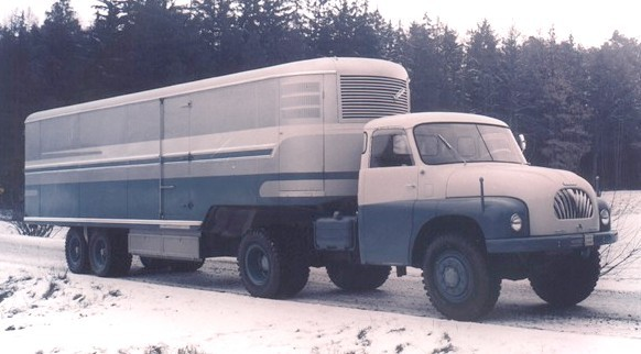 Dragbilen är en Tatra T150, men det eleganta kylsläpet är ett verk av fd Sodomka.