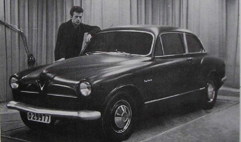 Här skönjar vi vad om kommer att bli Volvo Amazon, formen på plats, men notera att den ännu har markerade bakskärmar, och bara två dörrar. Mannen som ser ut som han just kommit hem från en Johnny Cash-lookalike tävling är studiochefen Jan Wilsgaard själv.