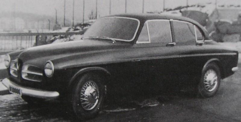 Amazon igen två dörrar till och med en betydligt mer sportig taklinje än vad modellen kom att ha i verkligheten, känns nästan lite Jaguar mk II i formen, och så kan vi ju inte ha det på en Volvo, Janne, gör om!