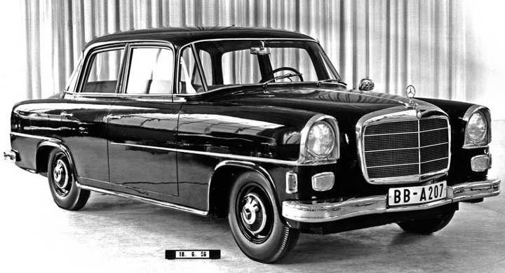 Mercedesprojekt daterat 1956, två förslag troligen för en ersättning av W188/W189 modellen , det vill säga 300S Adenauer . Detta projekt kallades W221 och gjordes i ett par varianter, men någon sådan serie kom aldrig till skott. Inte förrän 2005 kom man att använda W221-namnet på dagens generation S-klass