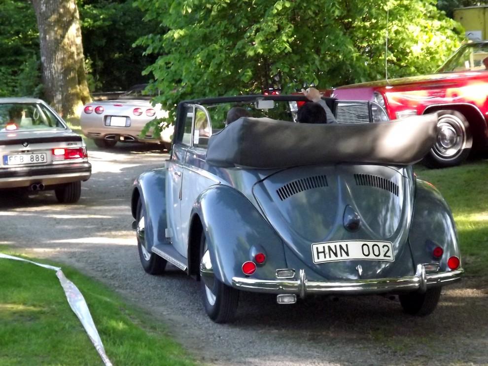 Tidig och ovanlig Volkswagen cabriolet, årgång 1951 rullar in och letar efter plats i vimlet