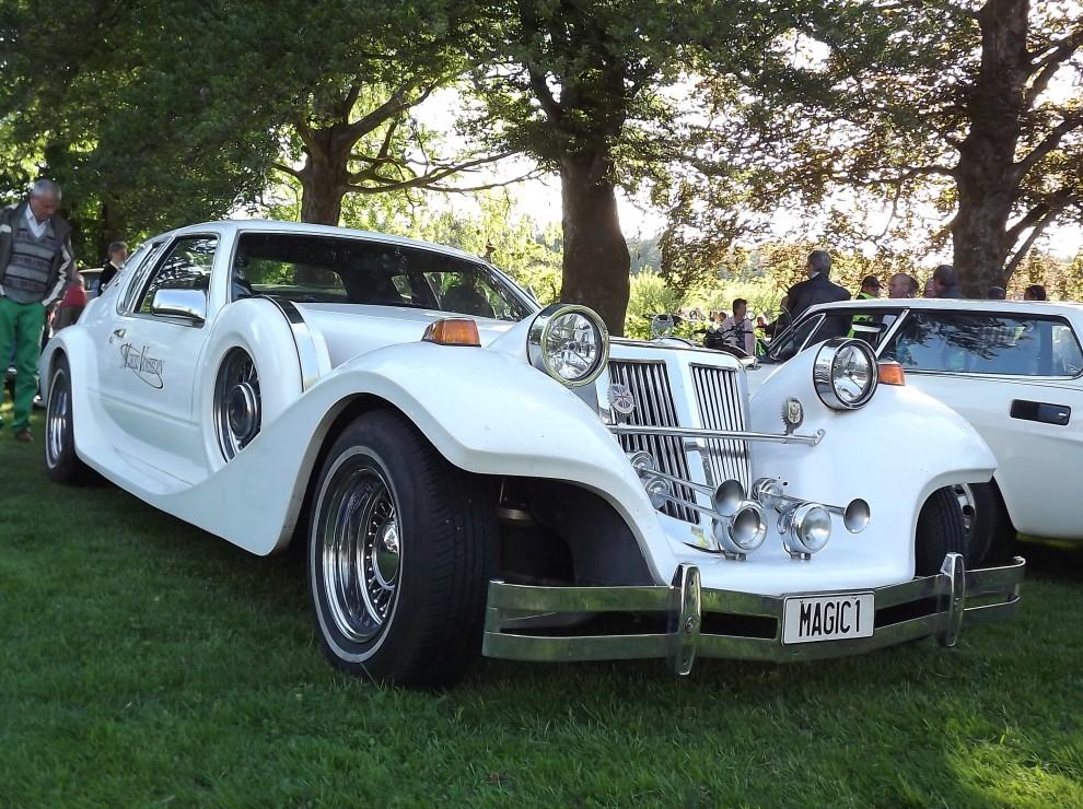 Trots tappra försök lyckas dessa bilar inte se gamla ut. Neoclassics är termen för den här typen av retrobilar som florerade i USA på 80-talet. Just den här heter CMC Tiffany.